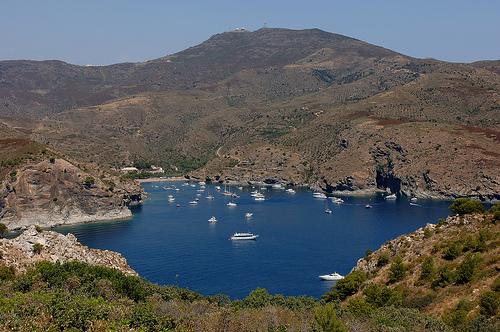 En pleno verano es habitual ver embarcaciones de recreo ancladas en Cala Jóncols