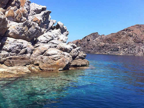 Las aguas de la Cala Culip son limpias, azules, casi transparentes