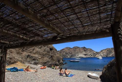 La cala Culip posee una pequeña playa de arena gruesa donde se puede tomar el sol