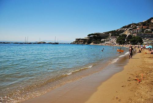 Cala Almadrava es una playa amplia y con excelentes servicios