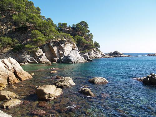 Las rocas de la parte norte de la Cala Llevadó ofrecen una magnífica oportunidad para bucear o practicar snorkel