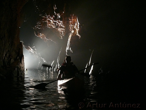 Es perfectamente posible entrar en la Cova d'en Gispert mediante kayak hasta el final
