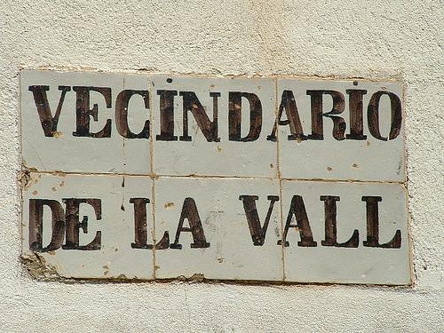 Indicativo antiguo situado a la entrada de la Vall de la Santa Creu