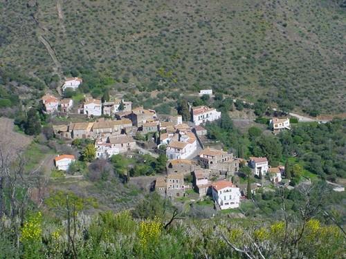 A medida que descendemos por el valle al encuentro del pueblo se observan las pequeñas dimensiones del pueblo