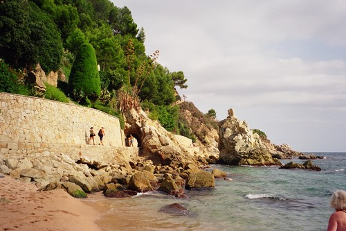 Hacia el norte la punta de Fenals ofrece un bello camino de ronda hasta la playa de Lloret