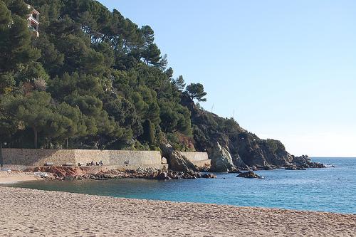 Lado norte de la playa de Fenals, donde comienza el camino de ronda, en Lloret de Mar