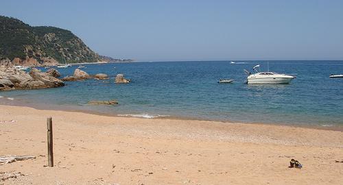 La Cala del Senyor Ramon es una amplia playa perfecta para tomar el sol en familia