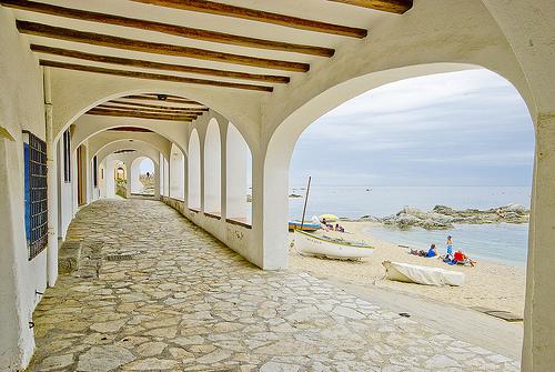 Las famosas Voltes de Calella son los porches abovedados de su paseo