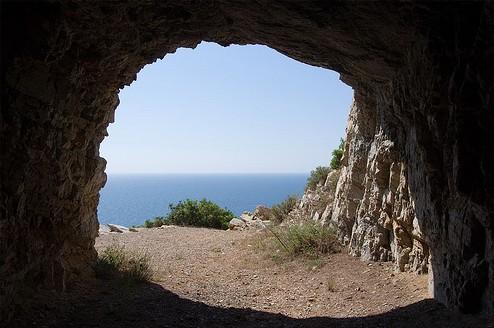 100 metros antes de llegar al edificio, a la derecha, el final de este tunel ofrece otro mirador al Mediterráneo