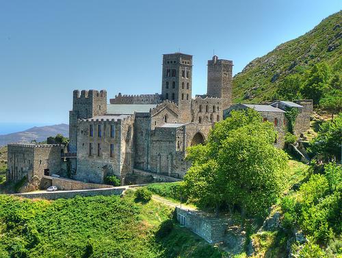 El Monasterio de Sant Pere de Rodes se encuentra muy cerca de la Vall de la Santa Creu