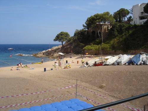 La Cala Salionç es una playa de arena rodeada de pinos sobre las rocas en la orilla del mar