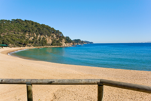 Cala Treumal es una playa tranquila y con buenos servicios para sus bañistas