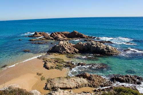 La Cala Treumal, en Lloret de Mar, se encuentra dividida por unos atractivos salientes rocosos