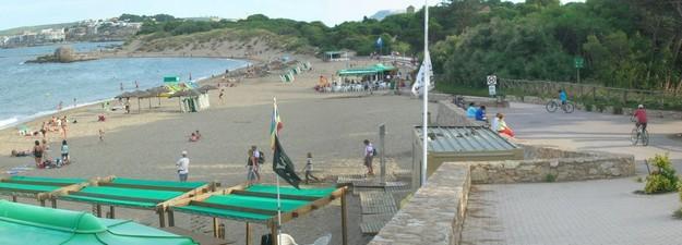 La Playa del Moll Grec cuenta con unos excelentes servicios dedicados a los bañistas