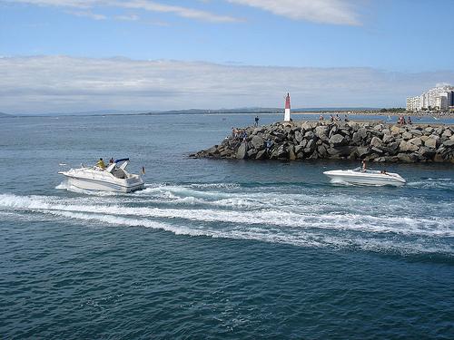 En la parte sur de la Playa de la Rubina es posible contemplar la salida de las embarcaciones de recreo
