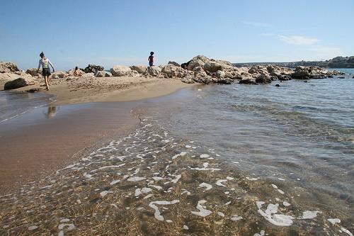 Los pequeños salientes de la Playa del Moll Grec ofrece múltiples posibilidades lúdicas