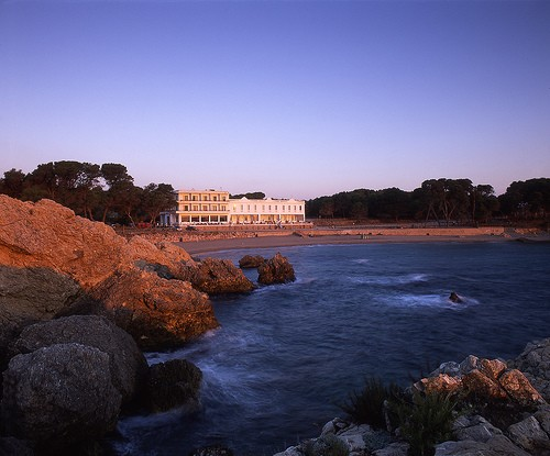 Precioso atardecer frente a la fachada del Hostal Empúries, en la Playa del Portitxol