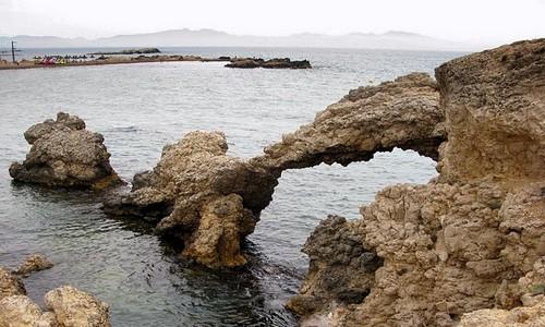 La parte derecha de la playa del Portitxol ofrece a los bañistas curiosos salientes rocosos