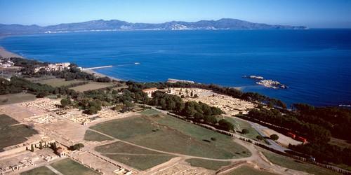 Vista aérea de la playa del Portitxol, que muestra su posición junto a las ruinas arqueológicas de Ampúrias