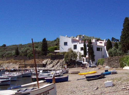 La playa de Portlligat se encuentra a menudo ocupada por embarcaciones de pescadores