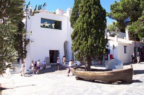 Entrada a la Casa Museo Dalí, situada a la derecha de la bahía de Portlligat