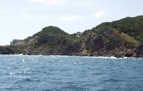 La zona de Ses Negres está fuertemente acantilada y alcanza importantes profundidades