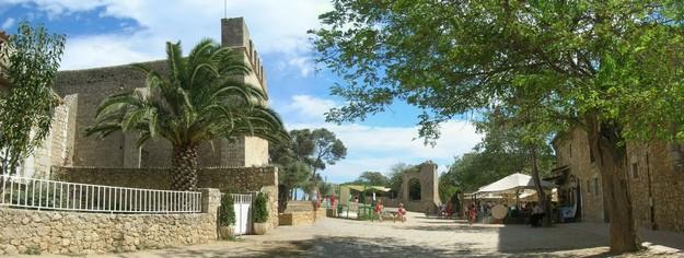 Vista panorámica del pueblo medieval de Sant Martí d'Empúries, a pocos metros de la playa