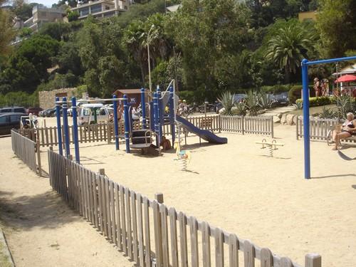La playa de Canyelles cuenta entre sus excelentes servicios con un parque infantil