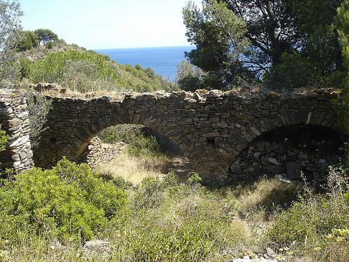 En plena bajada hacia la cala, desde la carretera, descubrimos los restos de una antigua masia