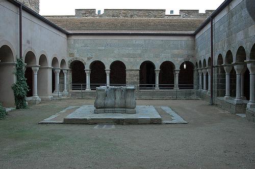 Claustro del monasterio de Sant Pere de Rodes, en pleno Cabo de Creus, Costa Brava