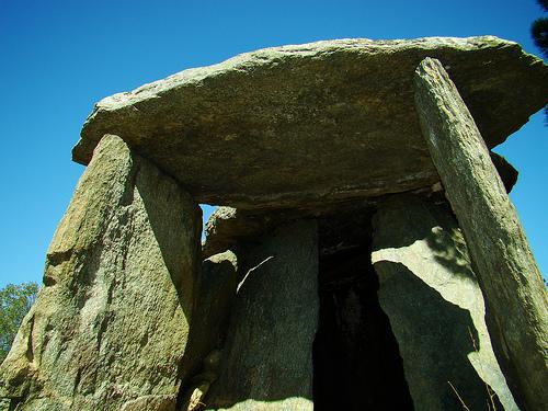 Entrada al dolmen Creu d'en Cobertella, en Roses, en el Cabo de Creus