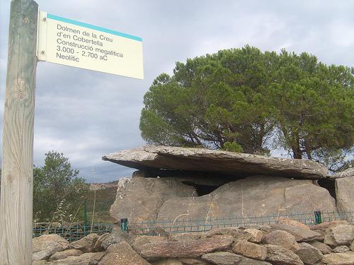 El Dolmen de la Creu d'en Cobertella se encuentra al inicio de la ruta megalítica de Roses