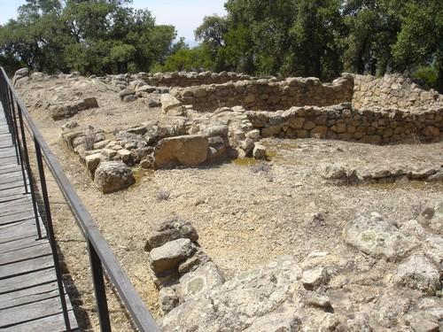 Restos de una antigua vivienda y depósito de alimentos en el poblado ibérico de Puig Castellet