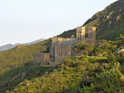 El Monasterio de Sant Pere de Rodes, en el Port de la Selva, Girona, Costa  Brava