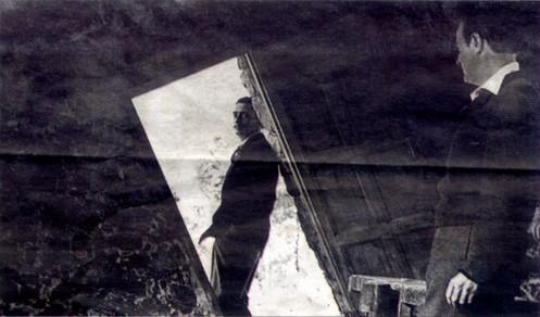 Dalí, bajo el umbral de la Barraca d'en Dalí. En primer plano Alberto Palau Fabra.