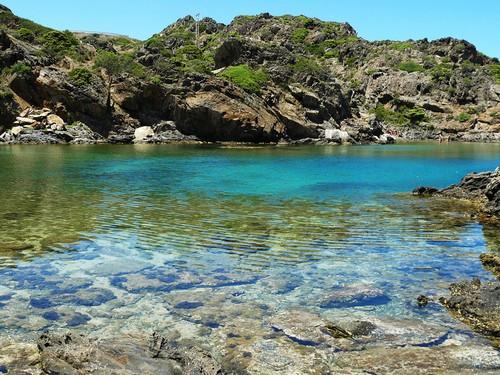 Las aguas de la Cala Jugadora son sencillamente transparentes e invitan a explorar su fondo