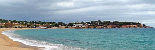 Vista panorámica de la playa de Sant Pol, en Sant Feliu de Guíxols, Costa Brava