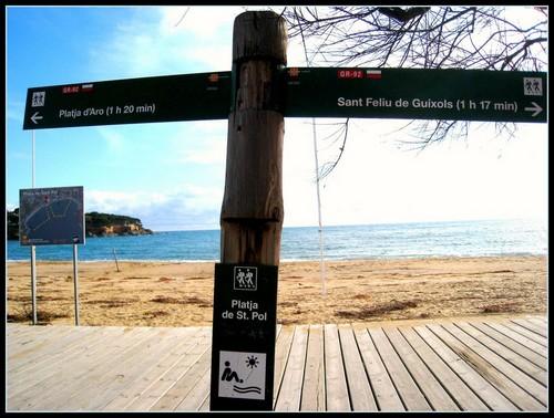 El camino de ronda a lo largo de Playa de Sant Pol es el GR-92, que atraviesa la Costa Brava
