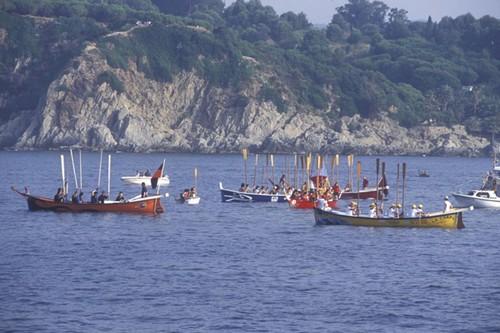 En esta peregrinación, también por mar, los marineros rinden tributo a su virgen santa patrona, para que les proteja de los posibles males durante su oficio