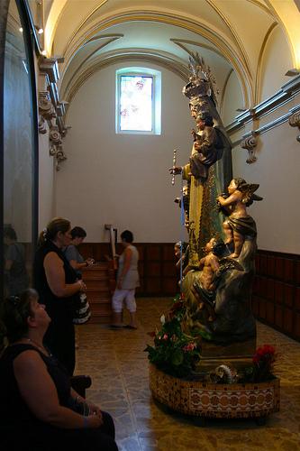 Escultura de la Vírgen en el interior del Santuario dels Àngels