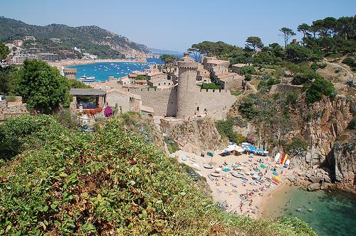 Las murallas de la Vila Vella de Tossa se encuentran justo sobre la playa es Codolar