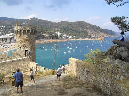 Las calles que rodean la muralla de la Vila Vella de Tossa de Mar nos llevan hasta la playa de es Codolar