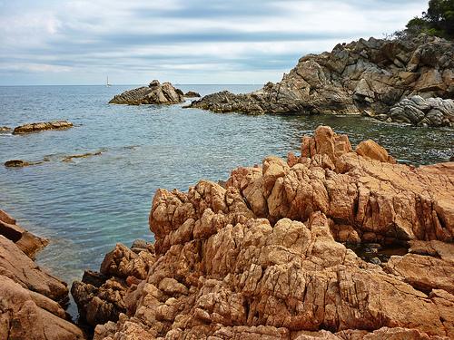 La morfología rocosa de la Cala Estreta, en Palamós, nos ofreces figuras sorprendentes, y algunas zoomórficas, como la del Dragón