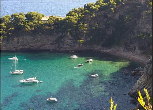Cala Futadera es escogida por embarcaciones para anclar, debido a sus excelentes condiciones y aislamiento