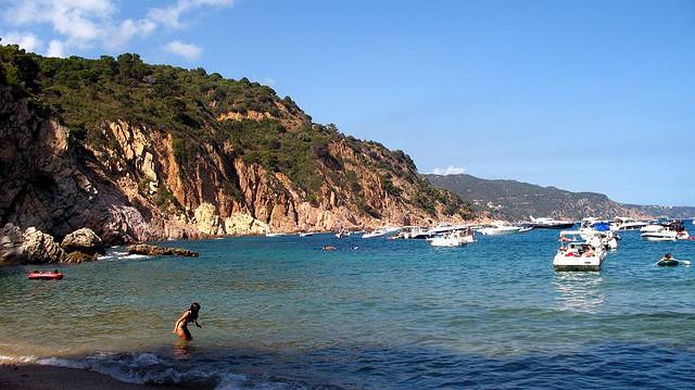 Darse un buen baño en Cala Futadera, Tossa de Mar, es difícil de resistir una vez hemos descendido