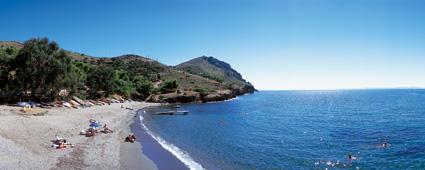La Cala Pelosa es relativamente amplia y permite un baño tranquilo en sus aguas transparentes