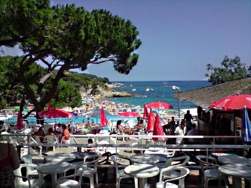 Durante el verano la Playa Rovira, con su chiringuito y servicios, se llena de visitantes y es muy animada
