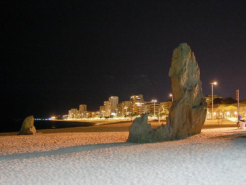 Al sur de la Cala Rovira, donde comienza la Platja Gran de Platja d'Aro, el monolito Cavall Bernat, en plena playa, saluda al visitante