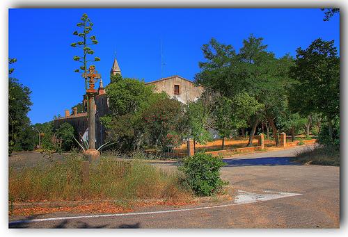 Esta cruz de piedra junto a la carretera nos indica el punto en que se encuentra la ermita de Sant Grau d'Ardenya