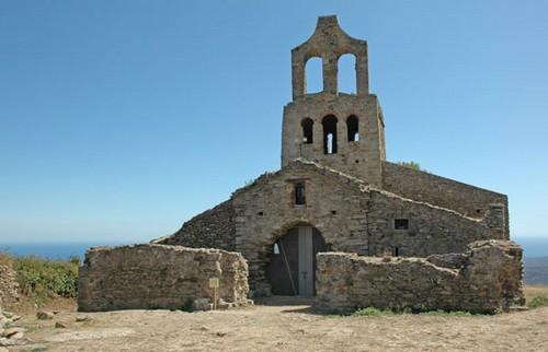 La iglesia de Santa Helena de Rodes, en el cabo de Creus, el Port de la Selva